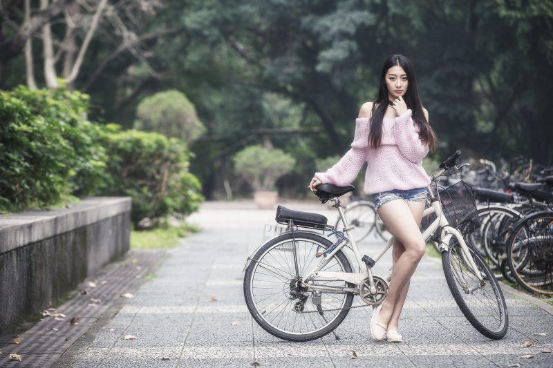 Азиатка с велосипедом, обои, 2048х1365