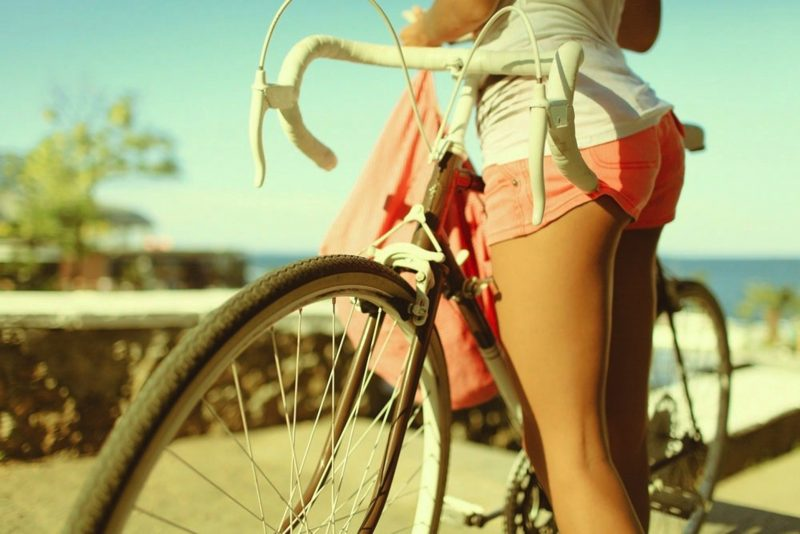 девка-с-велосипедом-в-розовых-шортах