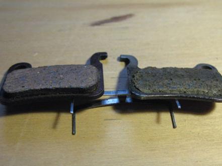 Колодки. Слева – нормальная, справа — изношенная