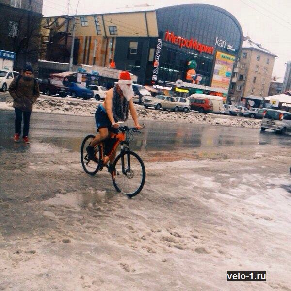 На велосипеде Дед Мороз. Ему норм