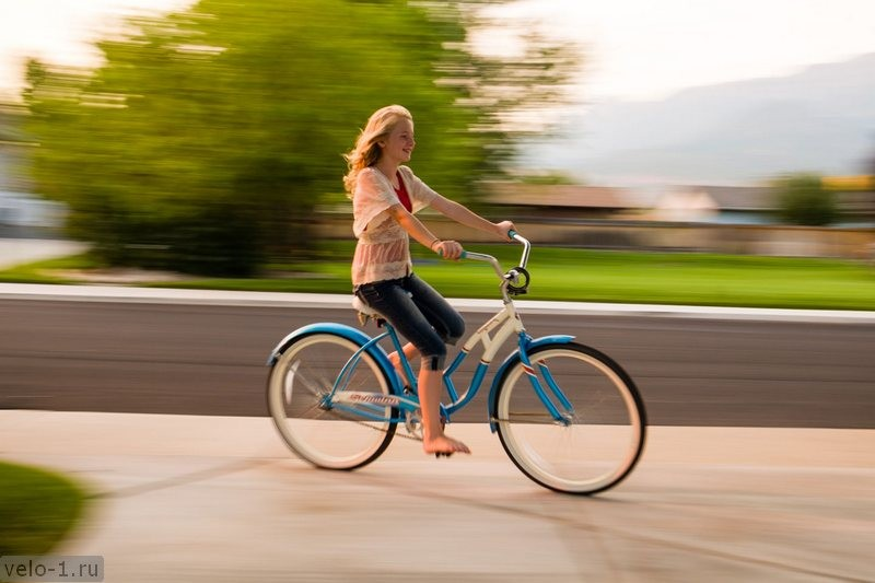 maren-rides-her-bicycle-example-of-panning