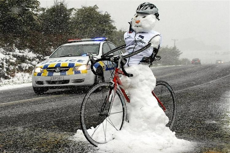 Harsh weather conditions on Stage 4 of the PowerNet Tour of Southland, New Zealand, Wednesday, November 04, 2008. Credit:NZPA / Dianne Manson
