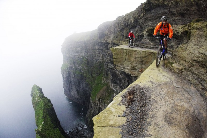 Hans Rey (справа) и Steve Peat (слева) едут по скале Мохер на западном побережье Ирландии. 200 м над Атлантическим океаном
