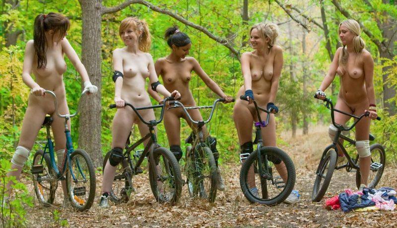 5 голых девушек на велосипедах