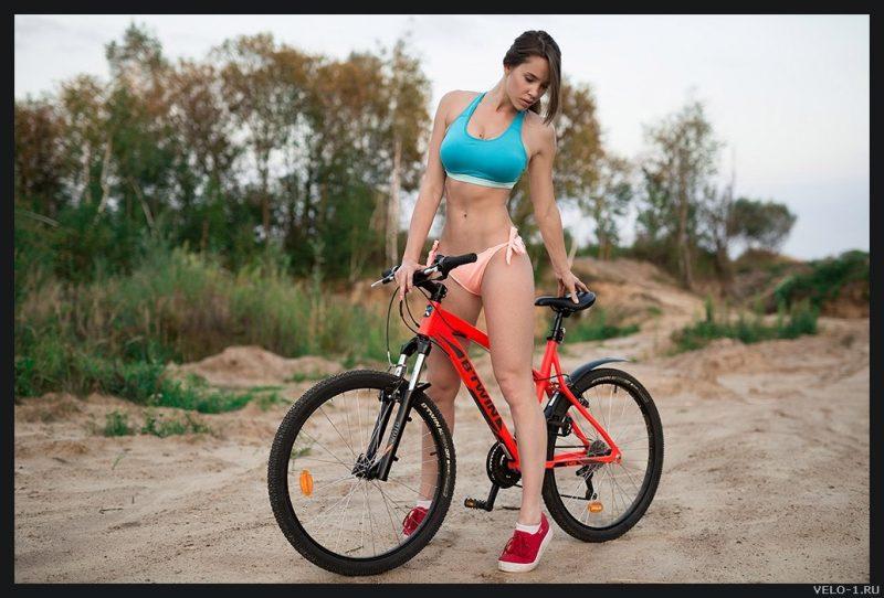 Девушка в бикини на велосипеде