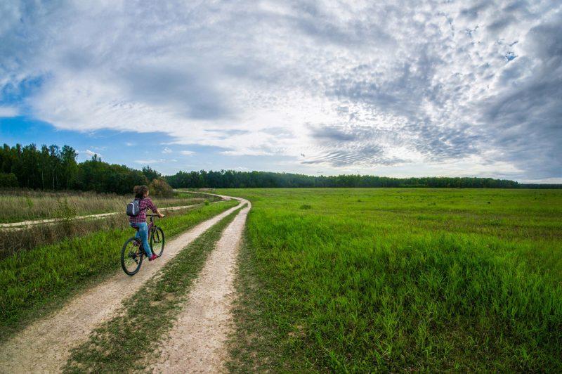 Велообоя 1920*1276, девушка в поле на велосипеде